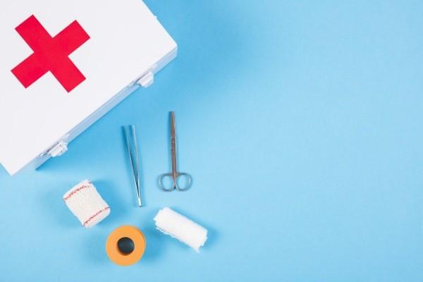 инструменты из аптечки для удаления занозы