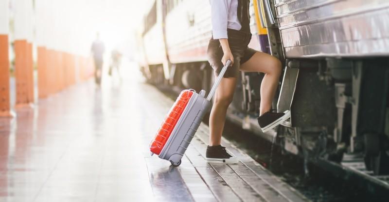 беременная путешествует на поезде