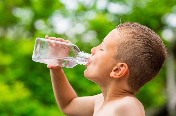 Давать ребенку воду в жару