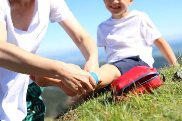 Первая помощь ребенку при ушибах рук и ног